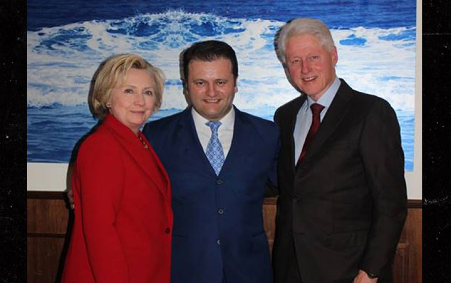 Bill Clinton përlotet nga historia e kamarierit shqiptar   Më ke shpëtuar jetën