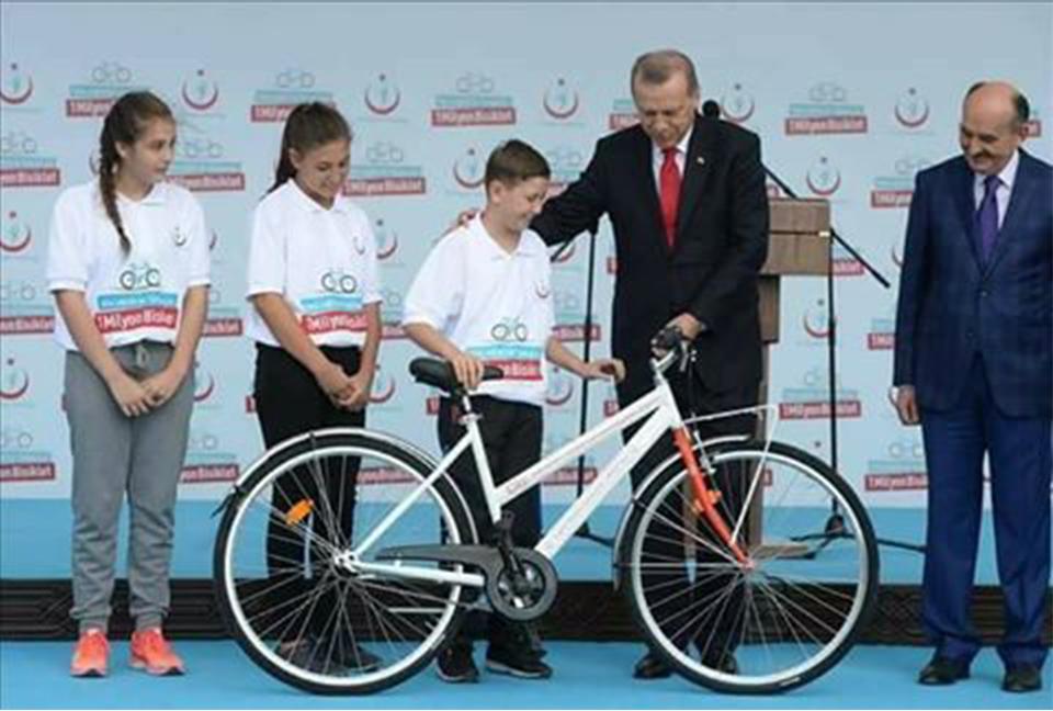 Erdogan  Biçikletë falas për çdo fëmijë që fal namazin e sabahut në Xhami