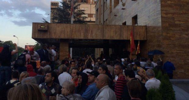 Kaos në Kuvend, protestuesit vazhdojnë të mbajnë Kuvendin, ja çfarë po ndodh (VIDEO)