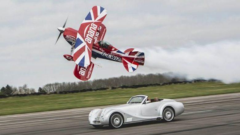 Gara mes veturës dhe aeroplanit për akrobacione