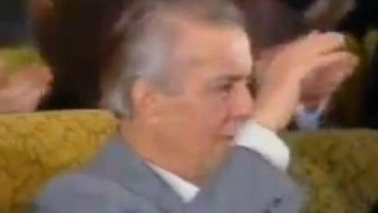 Pamje e rrallë e Enver Hoxhës ku shihet duke qarë nga gëzimi