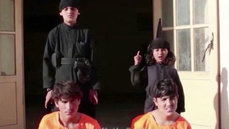 E tmerrshme  ISIS detyron fëmijët të ekzekutojnë të burgosurit  duke i qëlluar me revole në kokë