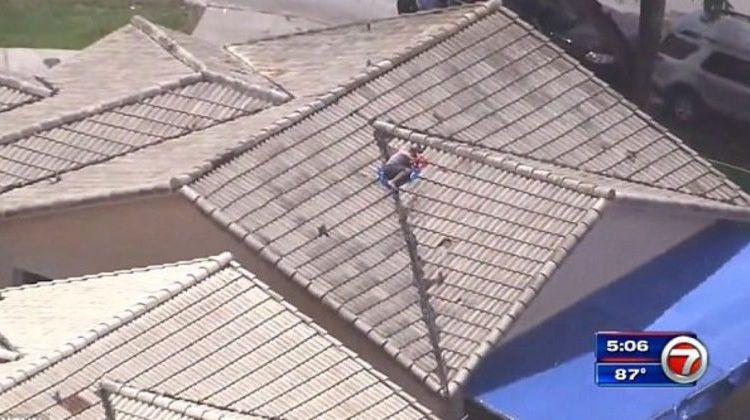 Fëmija i zhdukur u gjet në kulmin e shtëpisë së tij