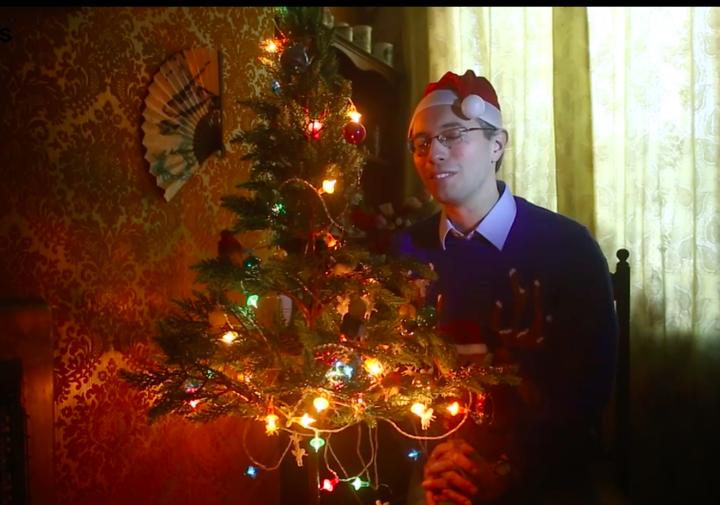 38 vjeçari përdor drita dekorative 10 vjet më të vjetra se ai