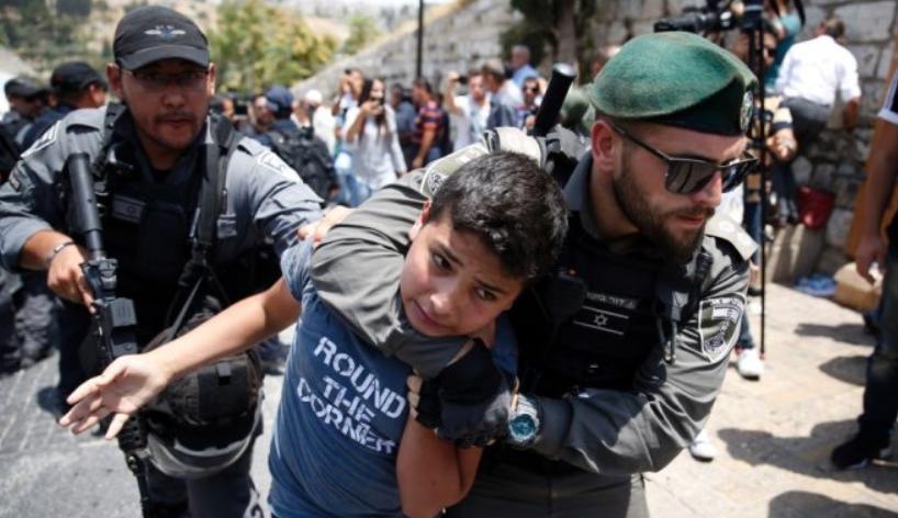 Duke u tërhequr zvarrë  fëmijët palestinez arrestohen nga ushtarët izraelit