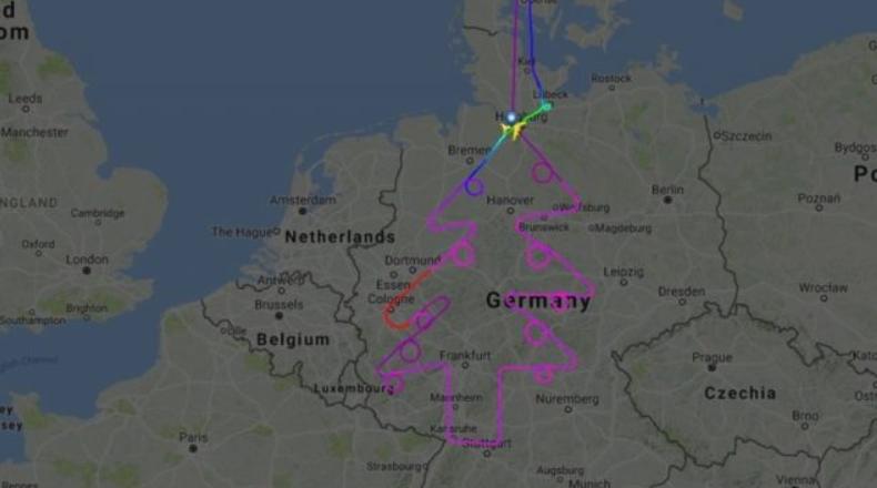 Piloti  vizaton  bredhin e Vitit të Ri në ajër me precizitet të mahnitshëm