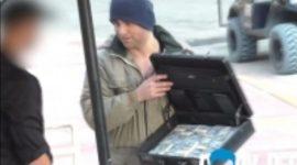 Info Shqip: Kamerieri nuk e le të hyjë të pastrehun, por ai i nxjerr valixhen me para (VIDEO)