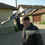 Info Shqip: Në cilin fshat është bërë kjo fotografi në vitin 2001?