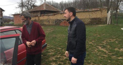 Info Shqip: Babait nga Podujeva i cili barte djalin e tij invalid me traktor, sot iu dhurua një veturë (FOTO)