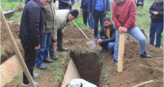 Info Shqip: E varrosën babanë me nderime, të afërmit shokohen pas telefonatës nga Berlini