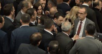 Info Shqip: Haradinaj futet në mes për ta ndalur përleshjen mes deputetëve të PDK-së dhe VV-së