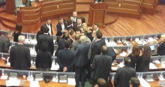Info Shqip: Përleshje ndërmjet deputetëve të PDK-së dhe atyre të Vetëvendosjes (VIDEO)