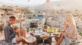 Info Shqip: Për të qenë në modë këtë pranverë vishu si turiste