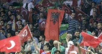 Info Shqip: Në tubimin e madh të Erdoganit në Sarajevë, shihen edhe flamuj shqiptarë