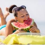 Info Shqip: Jo vetëm kremra, ja ushqimet që ju ndihmojnë të nxiheni më shpejt në plazh