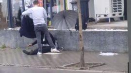 Info Shqip: Te japesh nuk të varferon, djali nga Gjilani heq pallton e tij dhe ia jep një lypsari që po qëndronte në shi (VIDEO)
