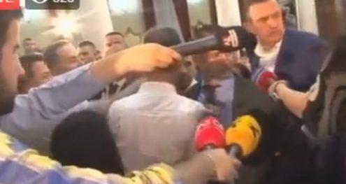 Info Shqip: Kaos në mbledhje, Veliaj nxirret jashtë Kuvendit (VIDEO)