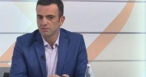 Info Shqip: Arbana Xharra e shet shqiptarinë për përfitime personale