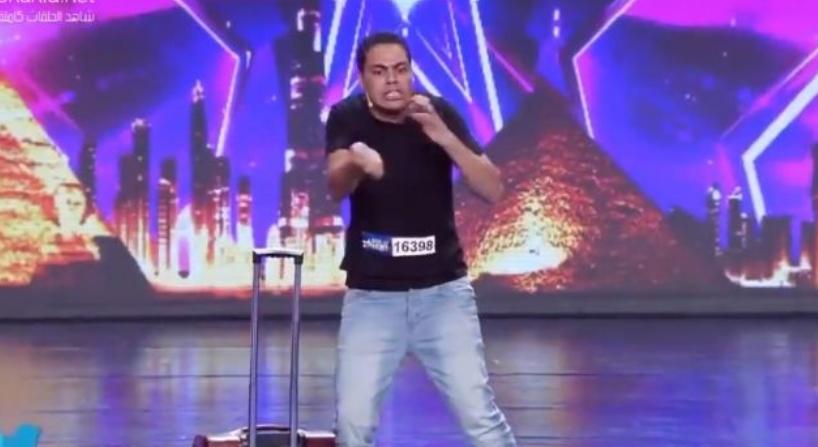 Performanca e djaloshit nga Palestina që tregon krimet që i u bëhen palestinezëve përlot gjithë sallën