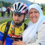 Info Shqip: Prekëse, gruaja i kalon pas dhe e pyet: Bir, a mund të fotografohem me ty, po i ngjan tim biri
