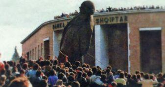 Info Shqip: Ku ka përfunduar statuja gjigande nga bronzi e Enver Hoxhës që u rrëzua? (FOTO)