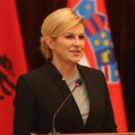 Info Shqip: Presidentja kroate që 'çmendi' botën, magjepsëse me pamjen në Shqipëri (FOTO)