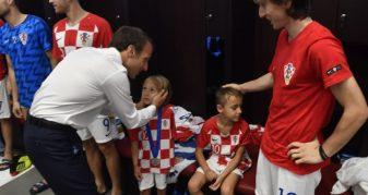 Info Shqip: Gjest i madh i Macron, në zhveshtore qetëson femijët e lojtarëve kroat pas humbjes (FOTO)
