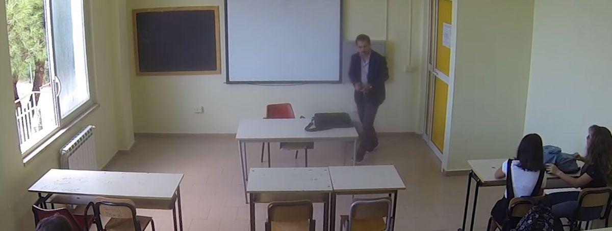 Profesori racist e sulmon nxënësen myslimane por shokët e klasës i japin një mësim të mirë