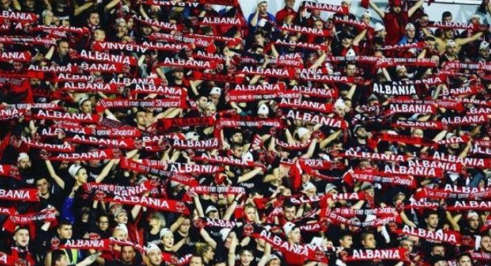 Tifozët shqiptarë  çmendin  Serbinë me Adem Jasharin  Jemi edhe këtu