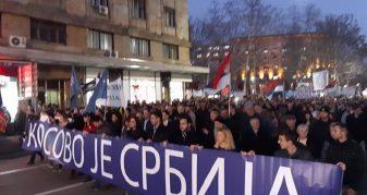 """Info Shqip: Protestuesit në Beograd kërkojnë të ndalohet """"tradhtia e madhe"""" e Vuçiqit me Kosovën"""