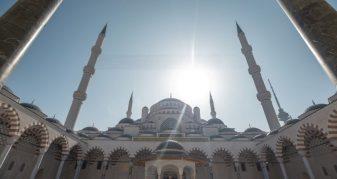 Info Shqip: Së shpejti hapet xhamia më e madhe në Turqi, ja detajet dhe pamjet brenda dhe jashtë saj (VIDEO)