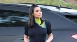 Info Shqip: Kim Kardashian me pantallona lëkure edhe ditëve me vapë (FOTO)