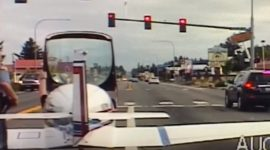 Info Shqip: Ngjarje e pazakontë, aderon me aeroplan në rrugë, shikoni pamjet (VIDEO)