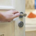 Info Shqip: Ja pse duhet ta mbyllni derën e dhomës para gjumit