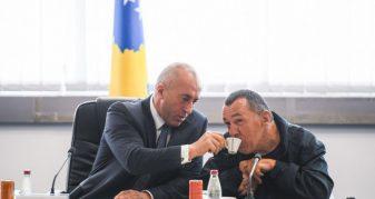 """Info Shqip: Haradinaj shërben me kafe pjesëtarin e """"Handikos"""" (FOTO)"""