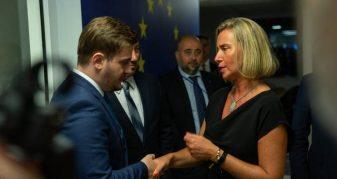 Info Shqip: Mogherini e puthë në dy faqet Daçiqin, Cakajt i jep vetëm dorën (VIDEO)