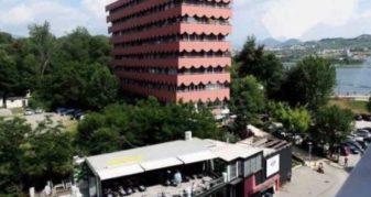 Info Shqip: Çahet pallati ku jeton Berisha e Noka
