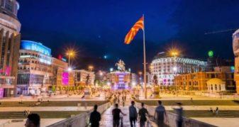 Info Shqip: Policia në aksion, partitë politike vendosin pankarta pa miratim