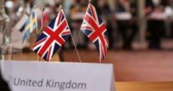 Info Shqip: Ambasada Britanike i reagon Vuçiqit për flamurin kuqezi në zyrën e Albin Kurtit