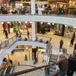 Info Shqip: Kjo është arsyeja pse në qendrat tregtare lëshohet muzika me zë të madh