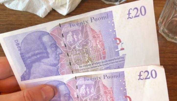 Bankomatet në Angli lëshojnë para false