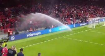 Info Shqip: Tifozët kuqezi bëhen qullë në ujë nga problemet e sistemit të vaditjes në stadium (VIDEO)